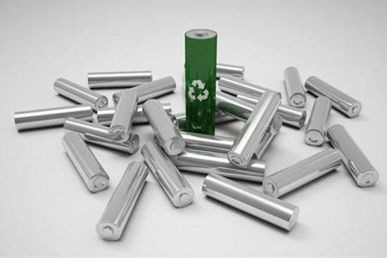 中国动力电池虽然在全球占据着较大的市场份额,市场也呈现出增长趋势,但国内动力电池企业虽大不强。对比国外企业,国外动力电池产品基于自动化生产线,电池的一致性较好;而国内大多数动力电池产品,电池规格、尺寸等各不相同,生产线为半自动甚至手动生产线,电池的一致性较差。国内动力电池产品在产品的安全性、可靠性、电池寿命等与国外动力电池产品存在较大差距。 今年年初以来,各国陆续出台一系列针对电池及相关产品的技术和安全新规,这些新规对我国电池出口企业的影响亟待重视。相较国外,国内在电池产业相关标准体系并不完善,导致大
